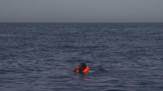 Naufragio nel Mediterraneo: 100 migranti dispersi. Tra le vittime 3 bimbi, avevano meno di un anno e mezzo