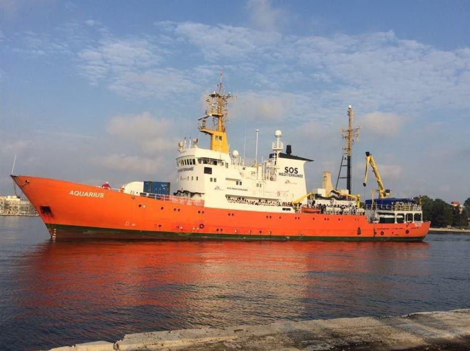 Migranti, la nave Acquarius è ferma nel Mediterraneo. Altri 800 salvati al largo della Libia