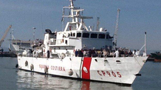 Migranti, la Guardia costiera alle navi in acque libiche: