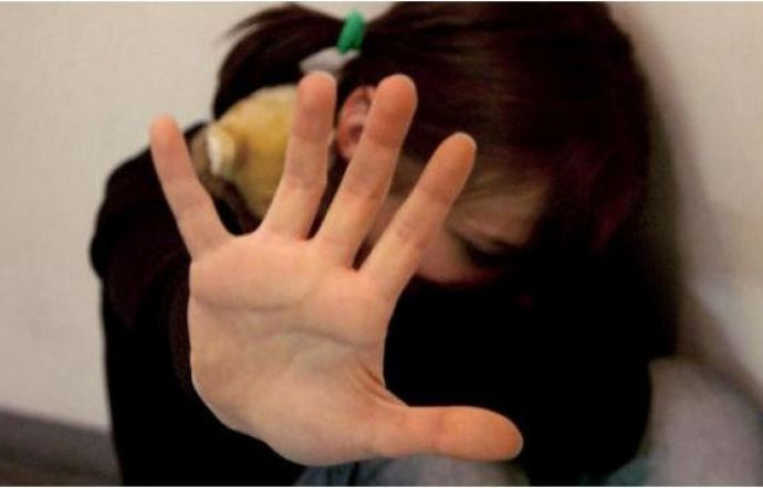 Commerciante 47enne sul web: adescava ragazzine promettendo ricariche