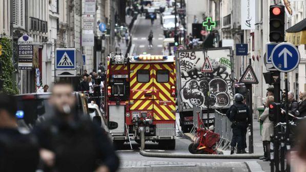 Parigi, uomo armato prende ostaggi in centro: in corso operazione di polizia