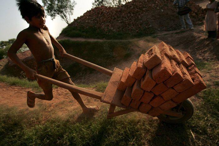 Giornata mondiale contro lo sfruttamento del lavoro minorile. Mattarella: 'Scuola presidio per la tutela dei diritti dell'infanzia'