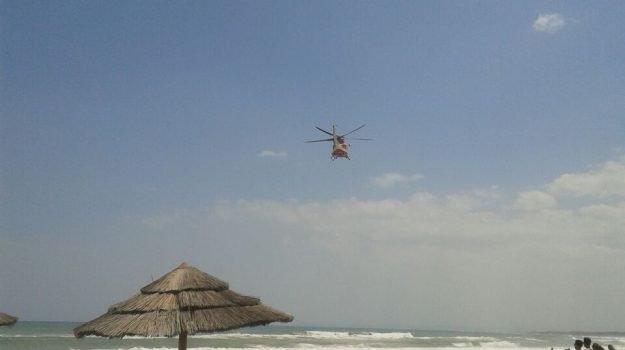 Giovani annegati in mare a Catania, ritrovato il corpo del fratello 16enne