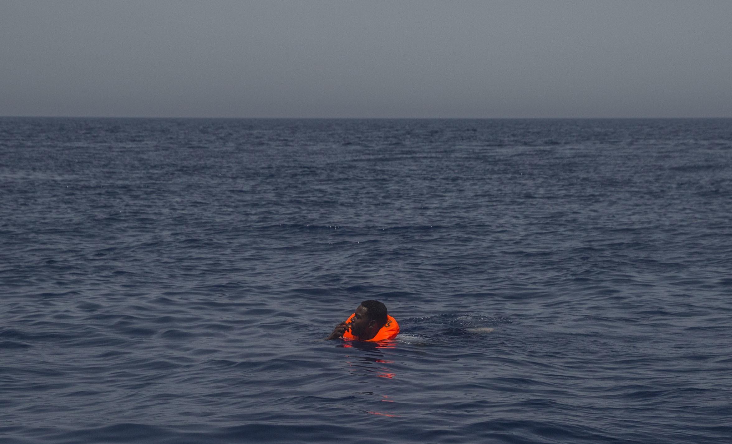 Strage di migranti al largo della Tunisia, si aggrava il bilancio: ritrovati 46 corpi