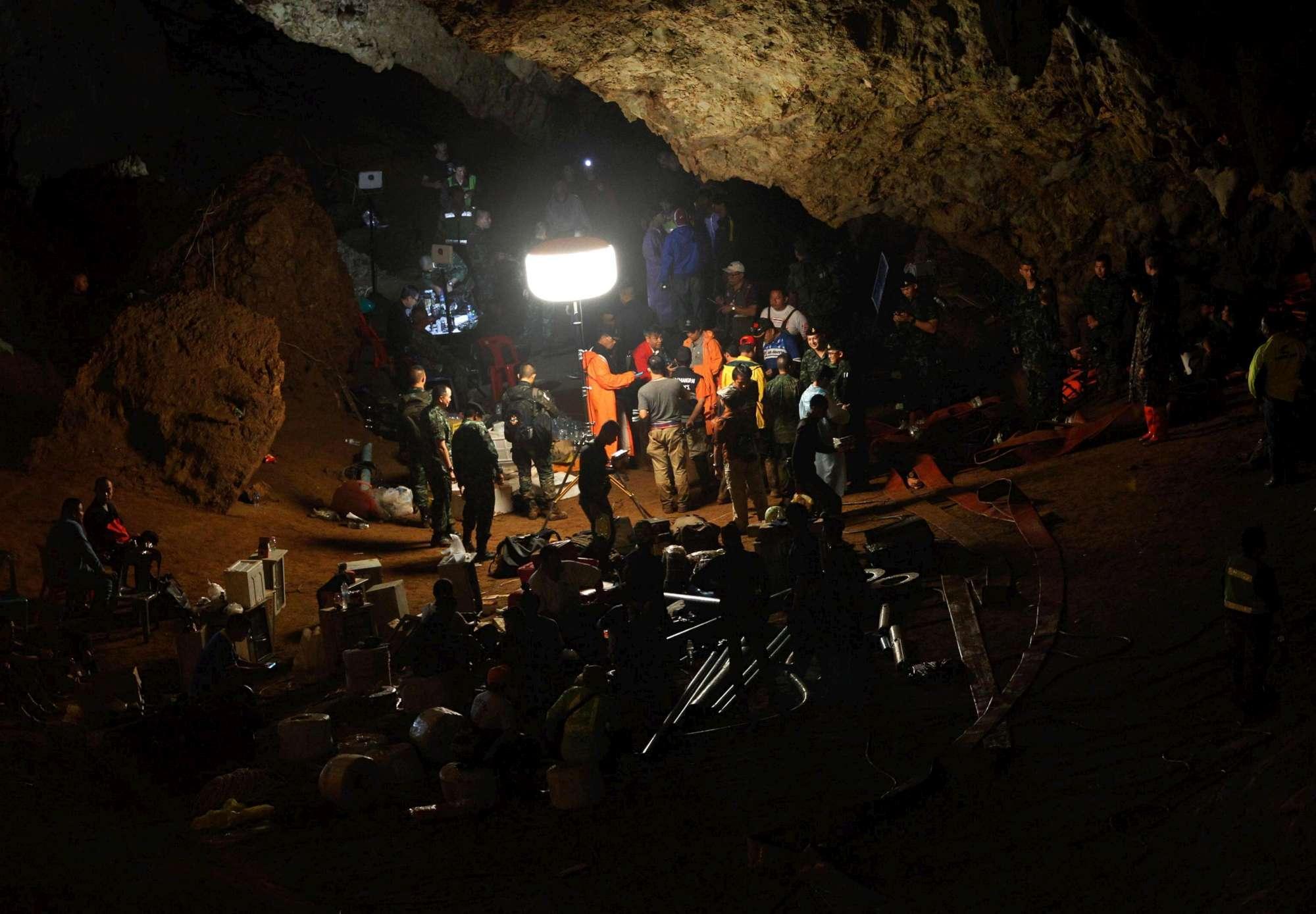 Thailandia, piogge torrenziali ostacolano i soccorsi: giovani bloccati in grotta