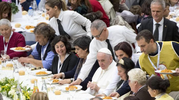 Papa: a cena con 280 migranti e clochard