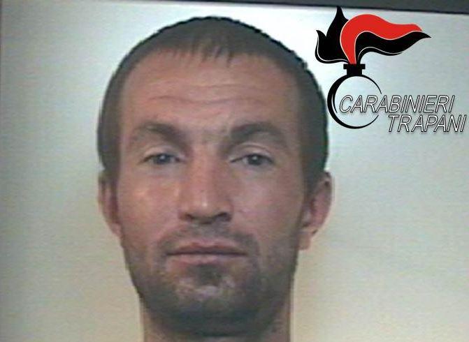 Uomo picchia la moglie, accoltella il cugino e aggredisce i carabinieri. Arrestato