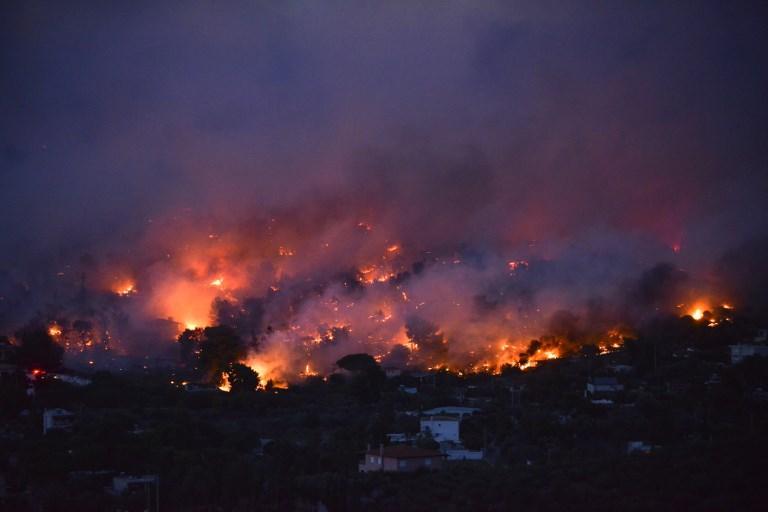 Atene, bruciano le foreste vicine alla capitale: almeno 50 morti e 150 feriti, migliaia in fuga