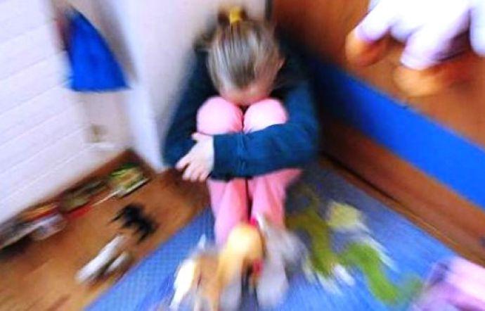 Fece prostituire la figlia minorenne con un anziano per pochi euro, padre condannato a 9 anni
