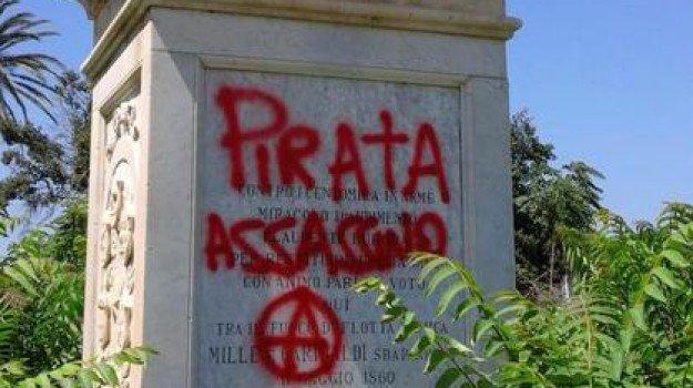 Vandali a Marsala, sul busto di Garibaldi riappare la scritta