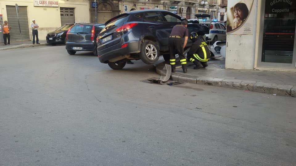Mazara. Auto esce fuori strada e abbatte il palo dell'illuminazione pubblica