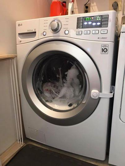 Bimba si chiude nella lavatrice e il programma parte da solo: denuncia della mamma su Fb