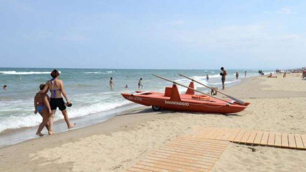 Livorno, surfista 12enne salva la vita a un turista che rischia di annegare