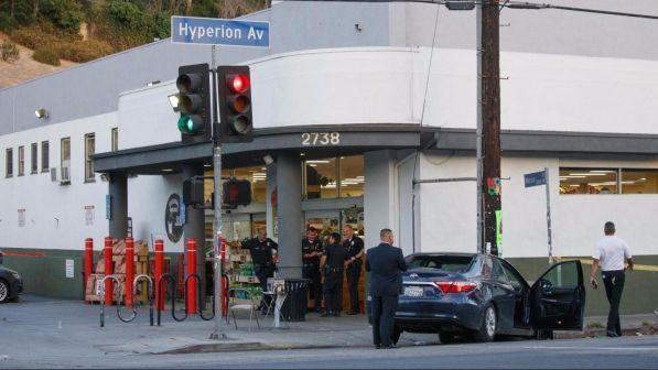 Los Angeles, uomo si barrica in un supermercato e uccide una donna