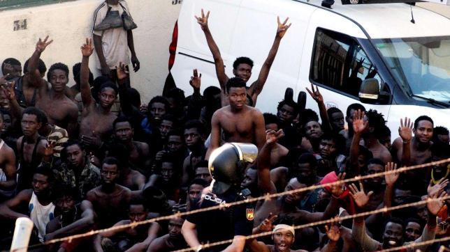 Assalto alla barriera di Ceuta, centinaia di migranti entrano in Spagna dal Marocco