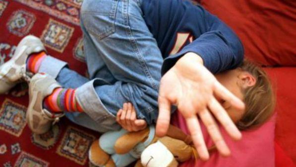 Napoli, abusa di due bambine mentre è ai domiciliari: arrestato un 43enne