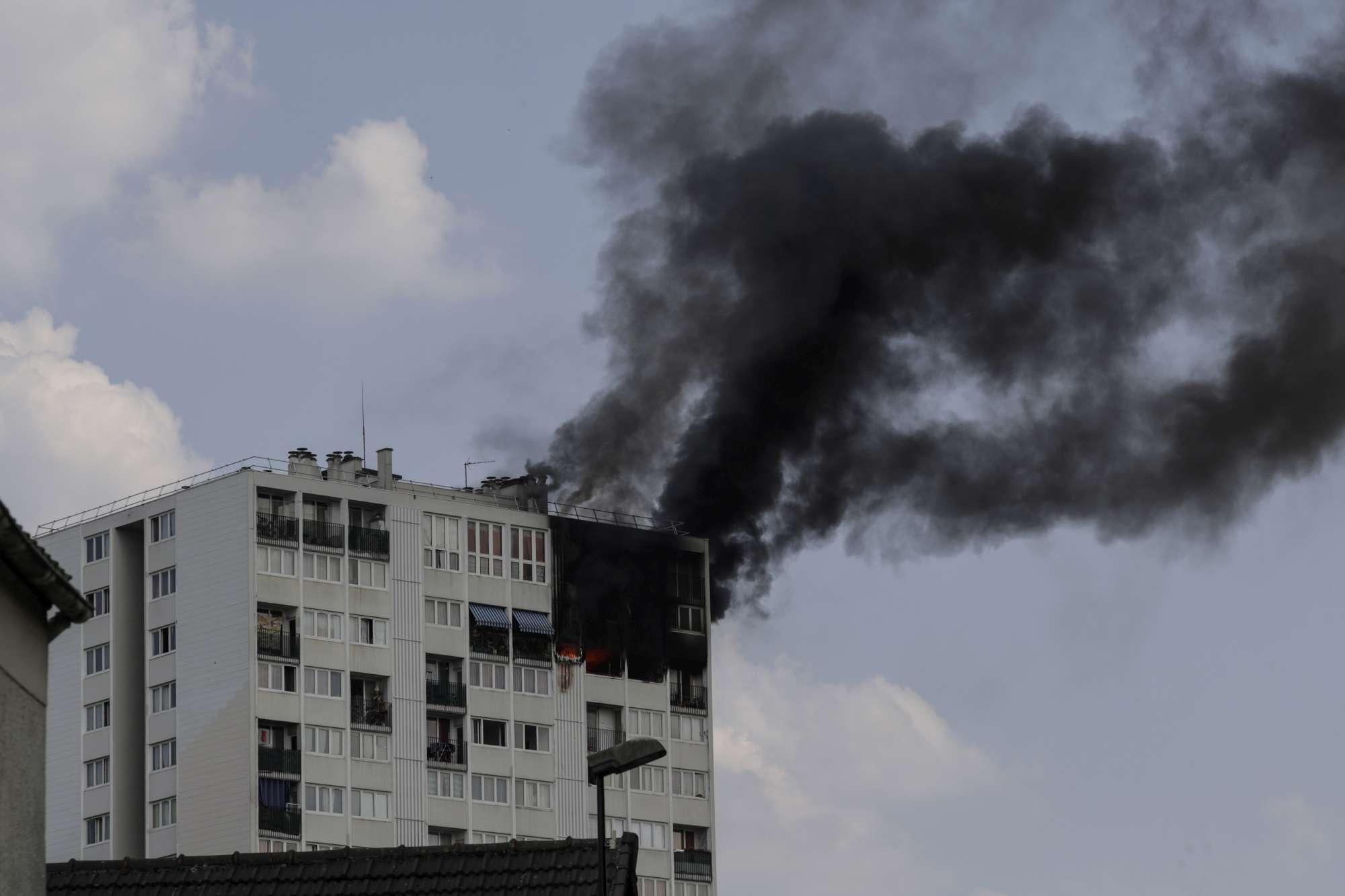 Parigi, fiamme in grattacielo in banlieue: morti una donna e 3 bimbi