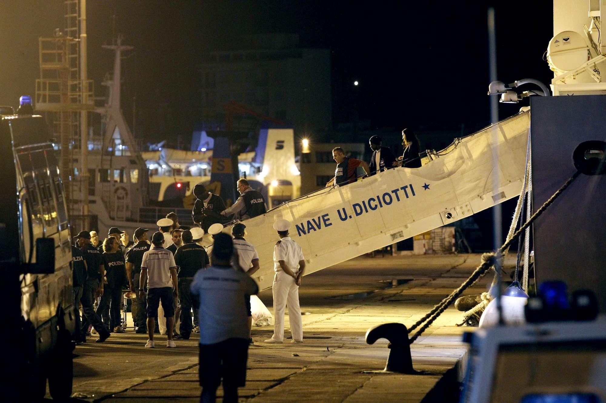 DICIOTTI A TRAPANI, INTERVIENE MATTARELLA: Fuori dalla nave i 67 migranti, 2 indagati.