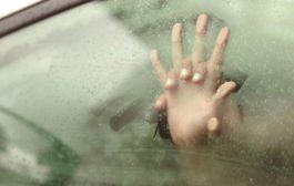 Scopre la ex moglie appartata in auto col prete: finisce in rissa