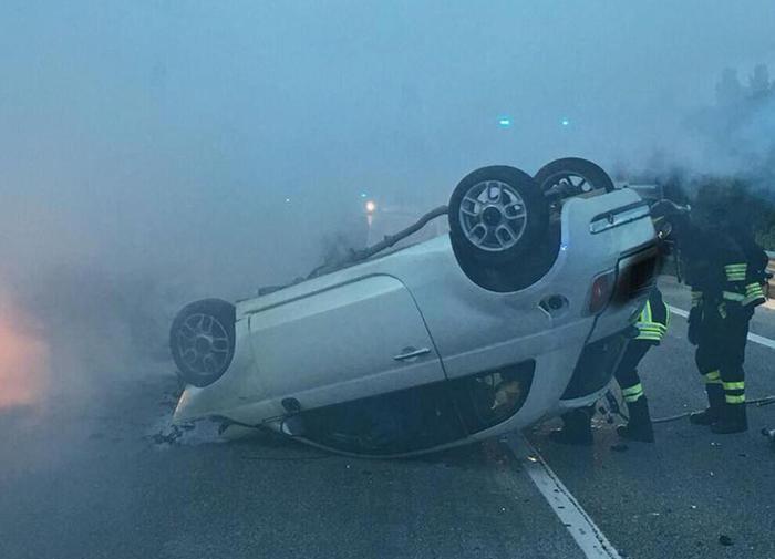 Si ribalta al volante ubriaco e senza patente, muore la figlia