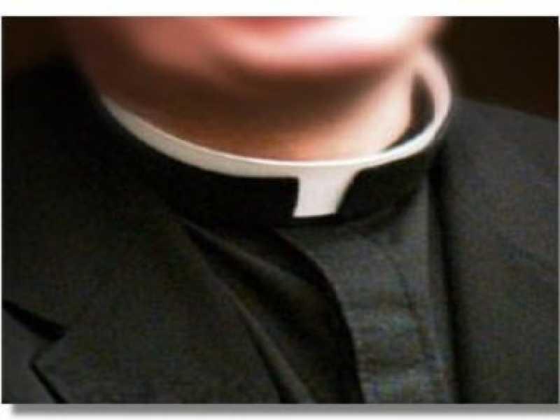 Messaggi hot a uomini sposati: prete rimosso