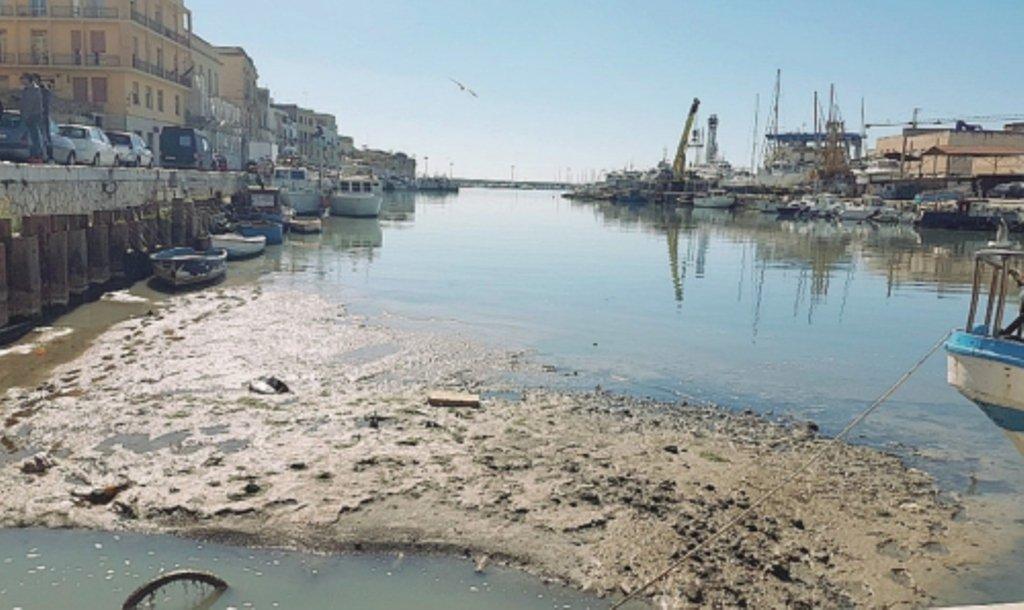 Mazara. Ancora pescherecci bloccati nel porto canale per la melma dei bassi fondali
