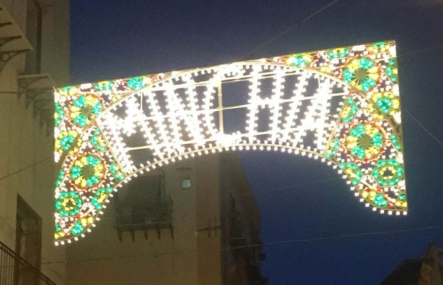 'Minchia' diventa un'opera d'arte, ecco l'installazione 'luminaria' a Palermo