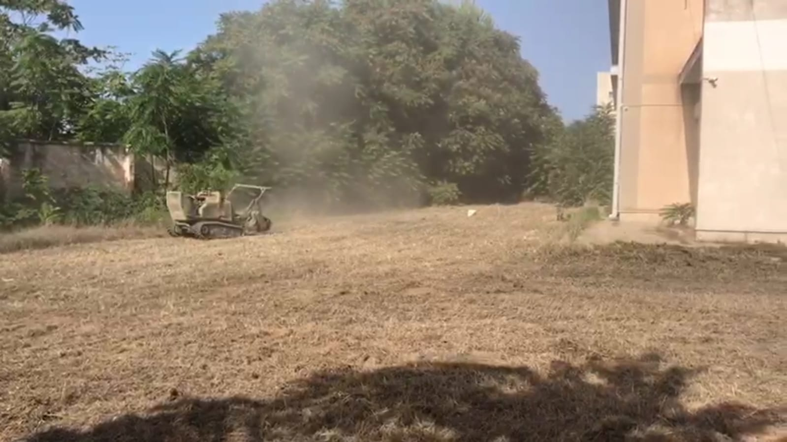 Mazara. Lavori di scerbatura e pulizia delle aree scolastiche