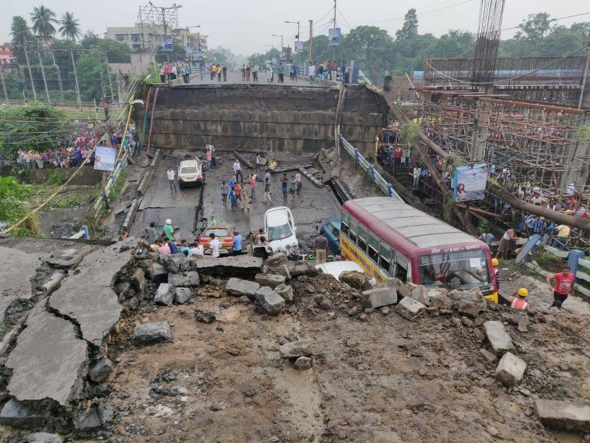 Calcutta come Genova, crolla un ponte: «Almeno 20 morti, decine di feriti». Soccorsi disperati