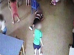 Schiaffi, spintoni e urla contro i bambini, sospese due maestre d'asilo