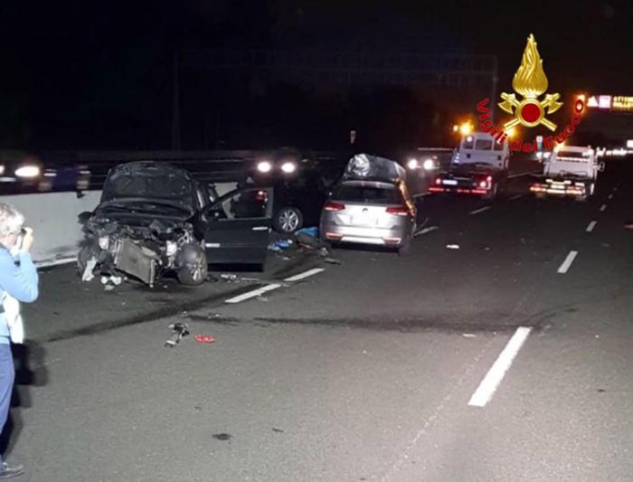 Scende dall'auto per salvare figli, muore travolta sull'A8