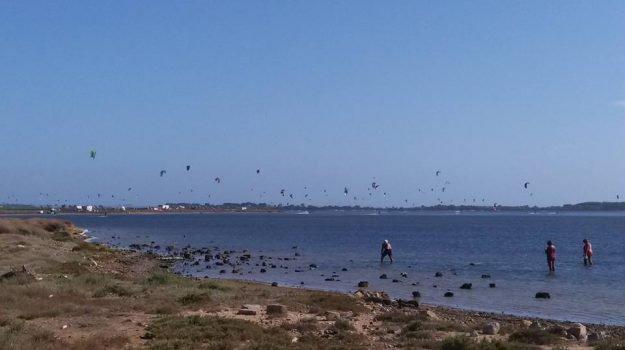 Marsala, tragedia nella riserva della Stagnone: muore mentre fa kite surf, secondo caso in meno di tre mesi