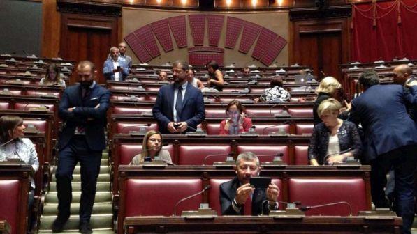 Milleproroghe, il governo pone la fiducia, il Pd occupa l'Aula della Camera