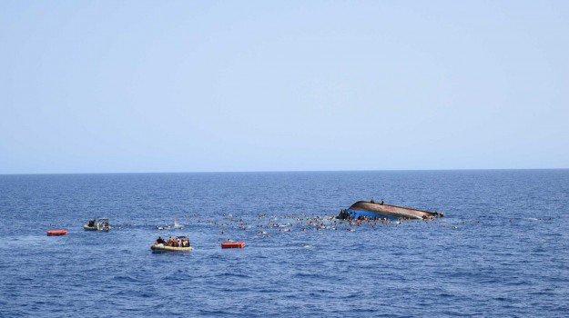 Migranti, nuovo naufragio al largo della Libia: più di 100 morti, anche 20 bimbi