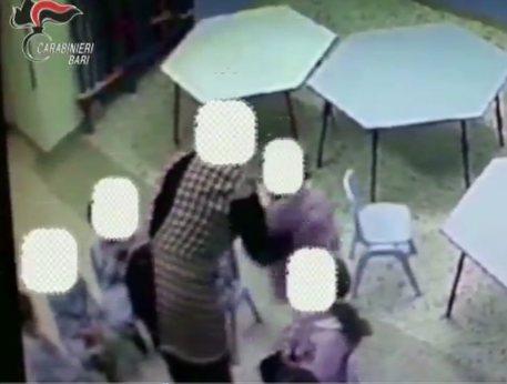 Bimbi maltrattati in una scuola materna, arrestate 4 maestre