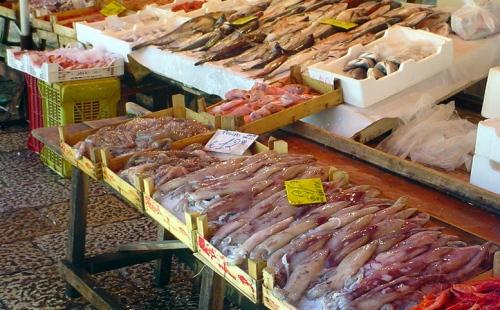 Trapani. Mercato del pesce: giro di vite sui pescivendoli abusivi