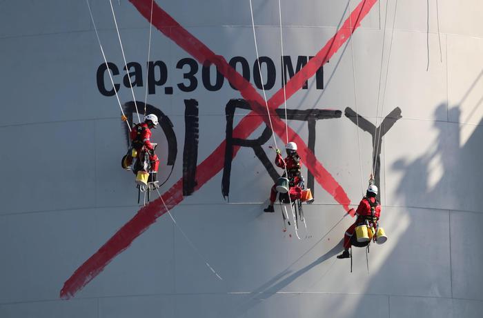 Greenpeace 'abborda' nave, sei attivisti arrestati