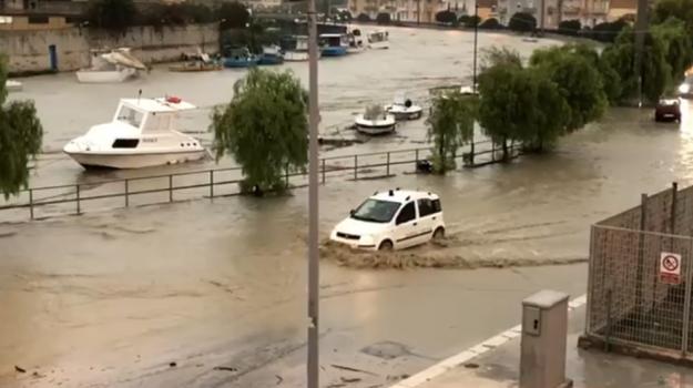 Maltempo, esonda il fiume a Mazara: città allagata, gente sui tetti. Barche affondate dalla piena