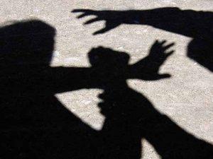 Anziana stuprata sulla spiaggia da un ventenne: si salva gettandosi a mare
