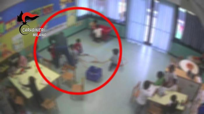 Schiaffi e spinte a bimbi di asilo, arrestato maestro