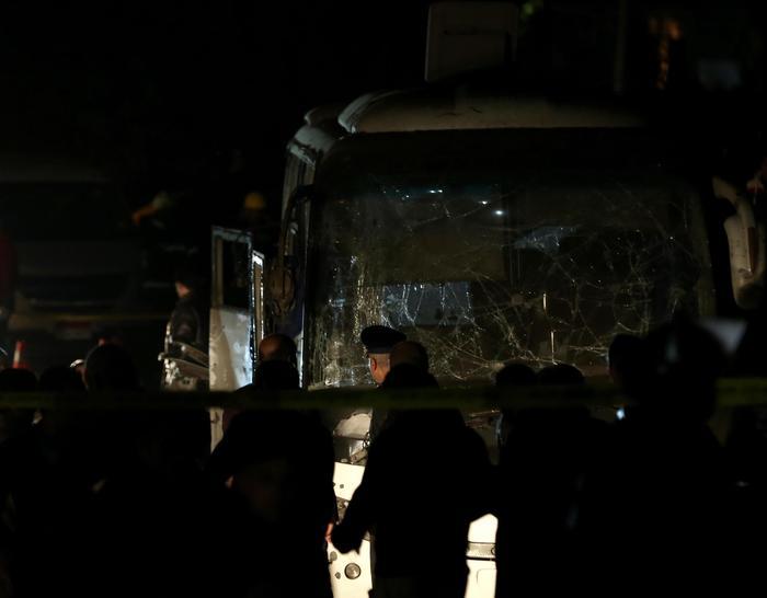 Egitto, esplosione colpisce bus turistico vicino alle Piramidi