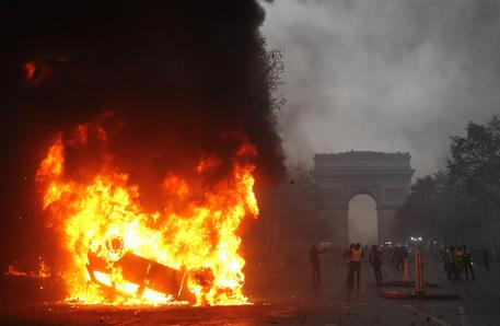 Gilet gialli, incidenti a Parigi: 92 feriti e 205 fermi