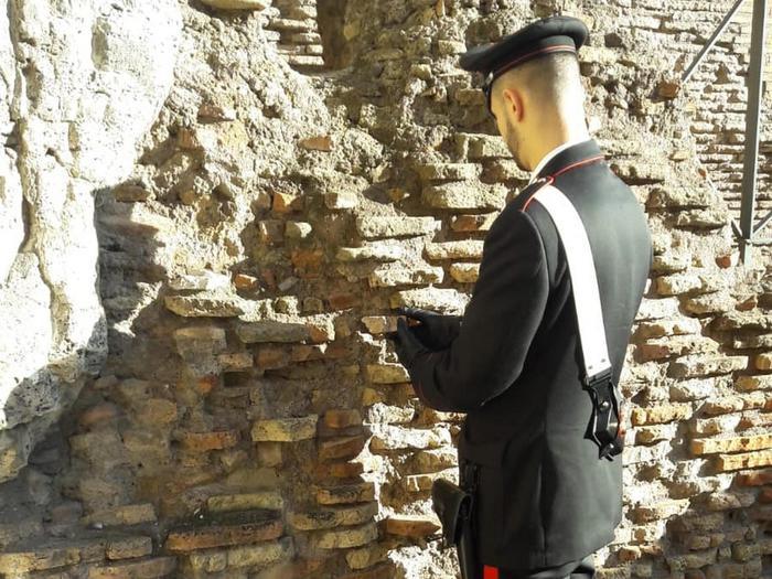 Ruba frammento muro Colosseo, denunciato