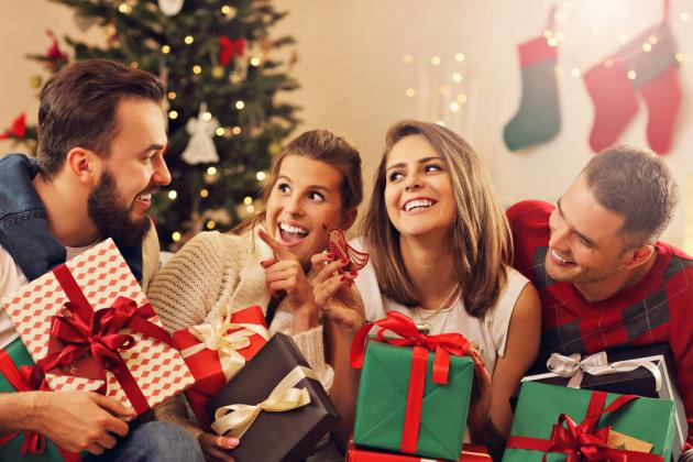 Natale, la gioia di regalare dura più a lungo di quella di ricevere