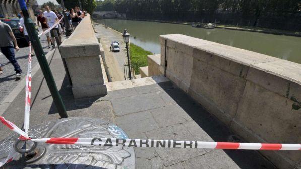 Roma, si allontana da casa con le due figlie di sei mesi: morta nel Tevere