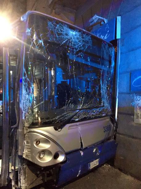 Scontro auto-bus movida Torino, 9 feriti