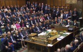 Brexit, Westminter boccia l'accordo. May non si dimette. Corbyn: 'Mozione di sfiducia'. Juncker: sale il rischio no deal, Gb chiarisca