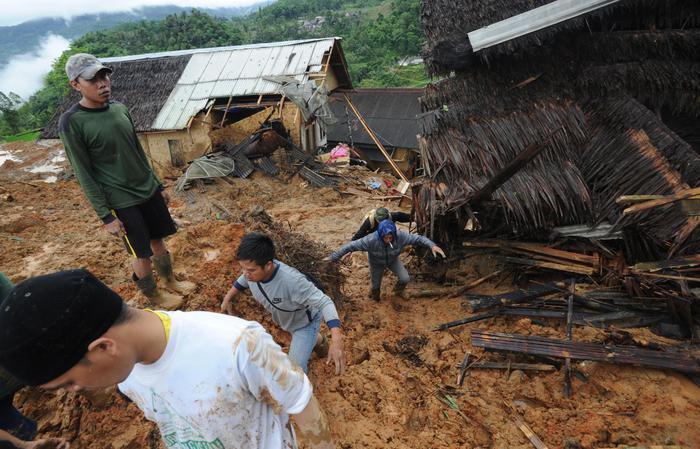 Indonesia, frana su case: almeno 5 morti