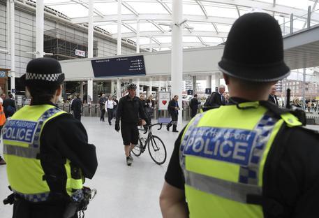 Manchester, tre accoltellati in stazione