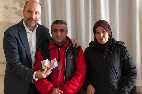 Marocchino trova un portafoglio con 900 euro e li restituisce: il proprietario lo assume